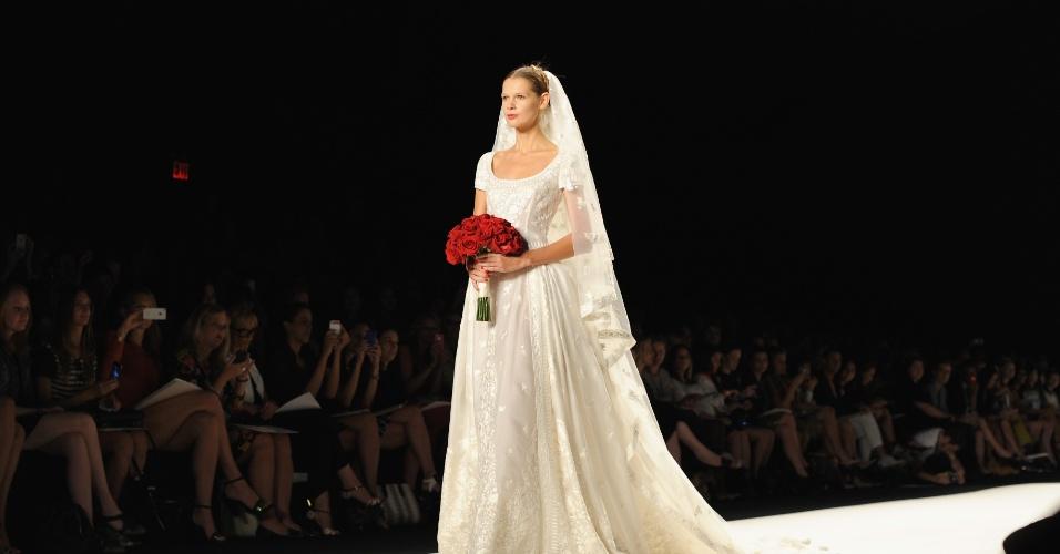 10.set.2013 - A Naeem Khan irá lançar uma linha para noivas em outubro e já mostra o que estará presente na coleção: muita renda e delicadeza