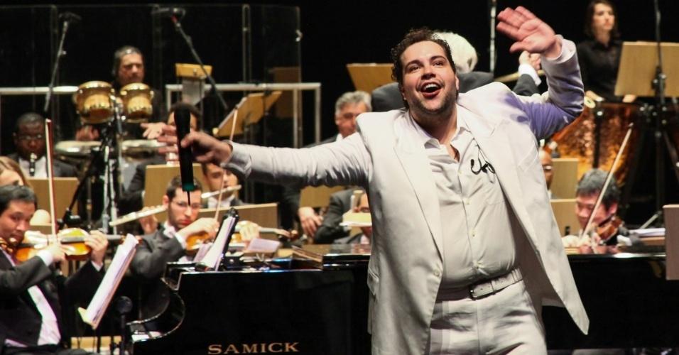 10.set.2013 - O maestro João Carlos Martins recebeu Tiago Abravanel em apresentação única da Bachiana Filarmônica SESI-SP em teatro de São Paulo