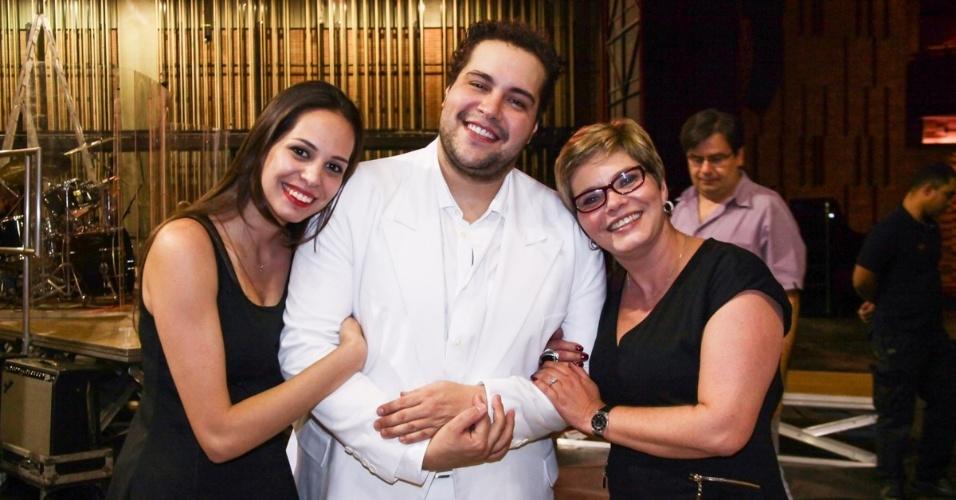 10.set.2013 - Tiago Abravanel com a mãe Cintia e a irmã Vivian no show da Bachiana Filarmônica SESI-SP em teatro de São Paulo