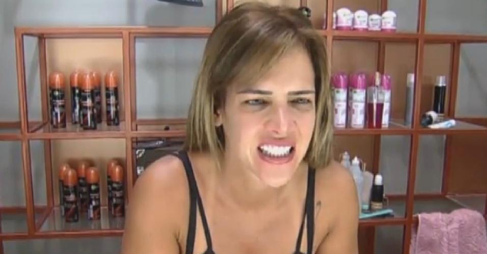 11.set.2013 - Após eliminar Yudi na roça, Denise Rocha escova os dentes ao acordar nesta quarta-feira