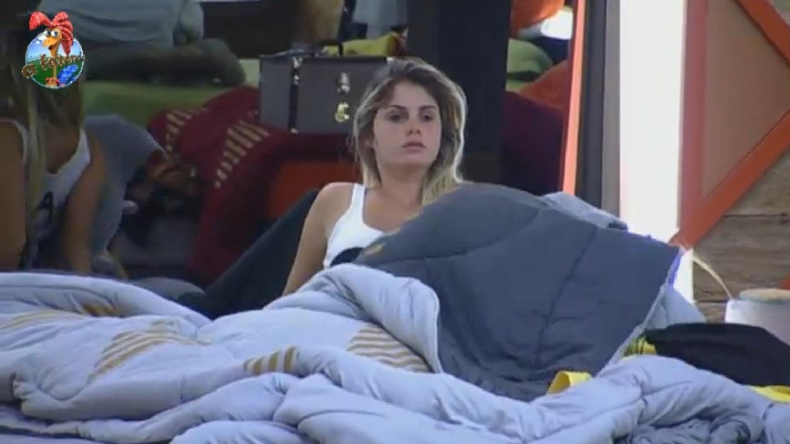 11.set.2013 - Bárbara Evans acorda sonolenta para participar de prova