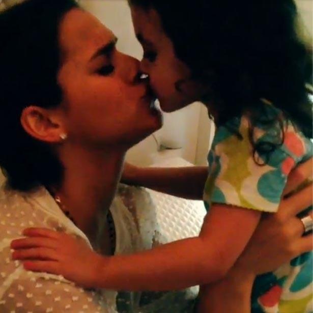 11.set.2013 - Bruna Marquezine dá selinho na prima Rebecca e posta vídeo do momento de carinho no Instagram.