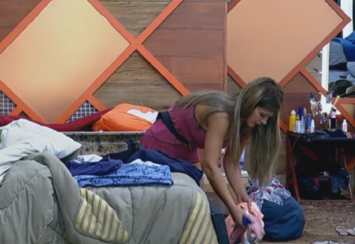 11.set.2013 - Depois de voltar da roça, Denise desfaz as malas