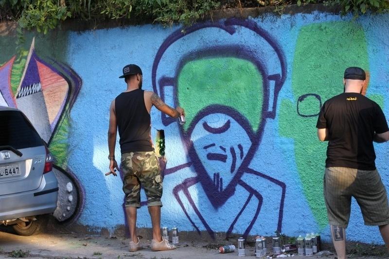 11.set.2013 - Marido de Alicia Keys, o produtor Swizz Beatz (esq), grafitou um muro em Santa Teresa, bairro onde o casal está hospedado. Beatz está acompanhando a mulher na turnê que ela fará no Brasil