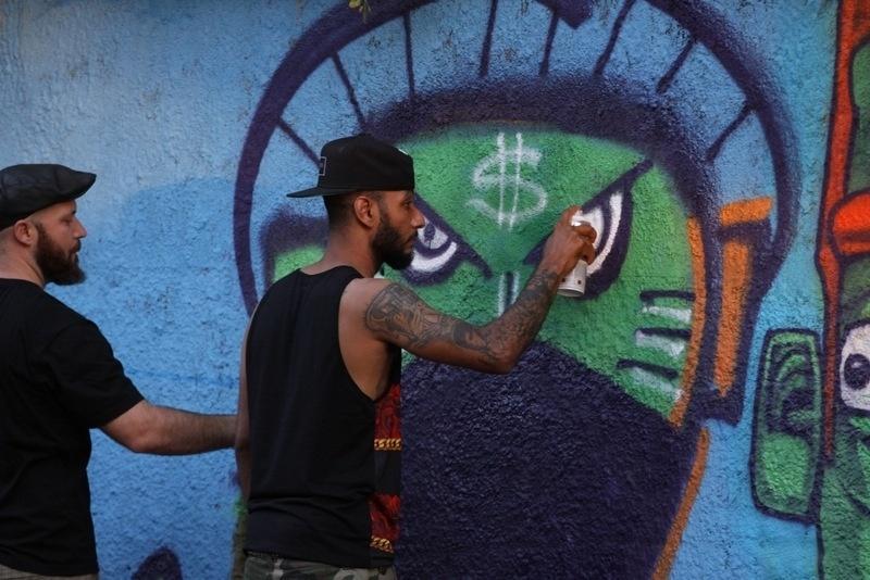 11.set.2013 - Marido de Alicia Keys, o produtor Swizz Beatz, grafitou um muro em Santa Teresa, bairro onde o casal está hospedado. Beatz está acompanhando a mulher na turnê que ela fará no Brasil