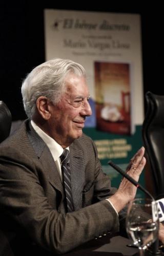 """11.set.2013 - Mario Vargas Llosa lança """"O herói discreto"""" em Madri"""