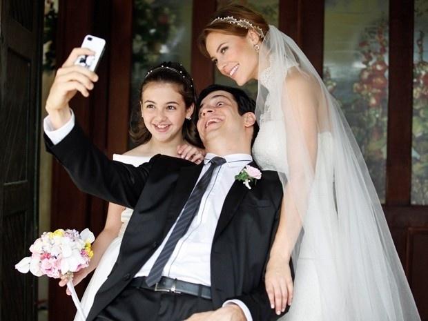 """11.set.2013 - Mateus Solano faz careta ao tirar foto com Paolla Oliveira e Klara Castanho nos bastidores de """"Amor à Vida"""". Os atores estavam gravando as cenas do casamento de Paloma (Paolla) e Bruno (Malvino Salvador)"""