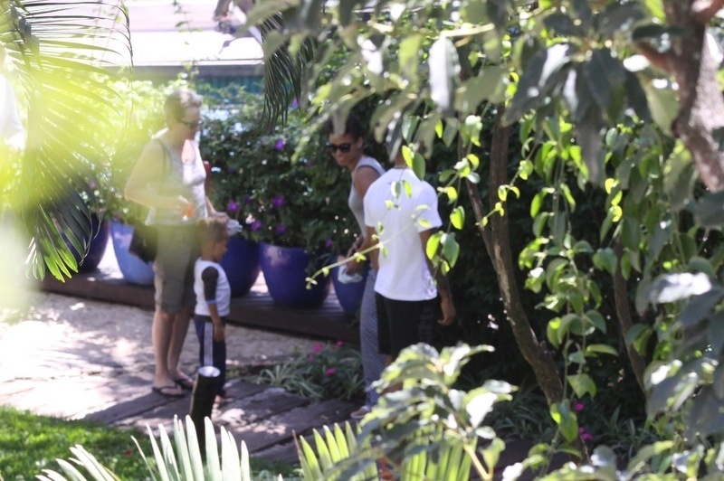 11.set.2013 - No Rio de Janeiro para se apresentar no Rock in Rio, Alicia Keys passeia de mãos dadas com o marido, o produtor Swizz Beatz, pelo hotel em que o casal está hospedado em Santa Teresa. O casal trouxe o filho Egypt
