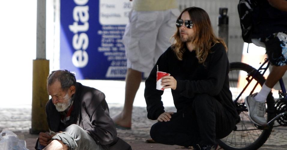 11.set.2013 - O ator e cantor Jared Leto circulou pelas ruas de Ipanema, zona sul do Rio. Ele chegou a conversar com moradores de rua e ofereceu comida a um deles