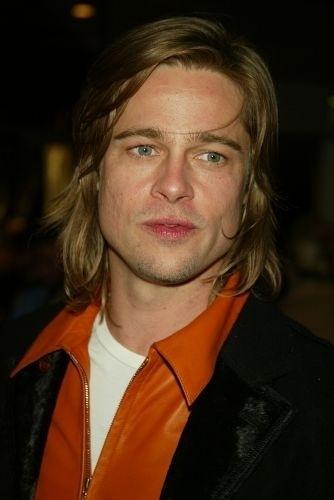 12.dez.2002 - No dia seguinte, já sem barba e com cabelo comprido, na estreia de