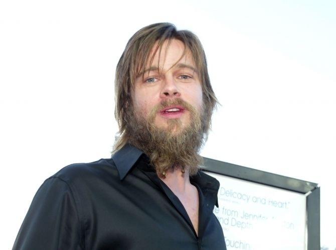 7.ago.2002 - Com cabelo grande e barba enorme, como na estreia de