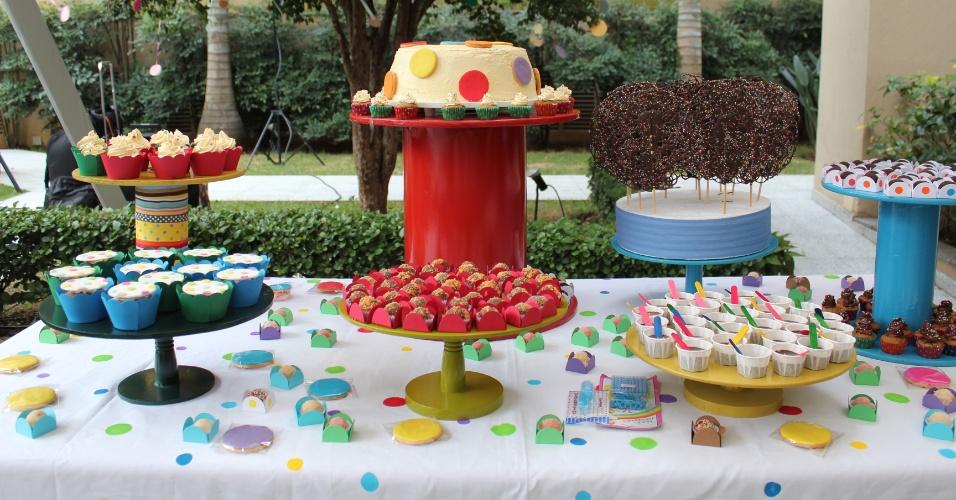 Essa festa de aniversário com o tema bolas foi assinada pela empresa Decoração do Baile (www.decoracaodobaile.wordpress.com). Os doces e o bolo foram da Tammy Montagna (www.tammymontagna.com). Um tema mais genérico como esse é ideal para festas de crianças de um ou dois anos