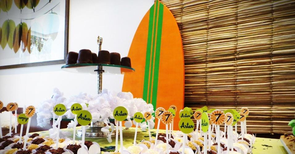 A festa com o tema surfe foi desenvolvida para o aniversário de sete anos de um menino. A arte e a papelaria personalizada foram assinadas pela Design Festeiro (www.designfesteiro.com.br), mas a decoração foi feita pela própria mãe da criança