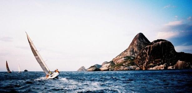 A Ilha de Alcatrazes, além de ser o paraíso ecológico de milhares de pássaros, é palco de regatas e área de treino da Marinha - Guilherme Andrade/UOL