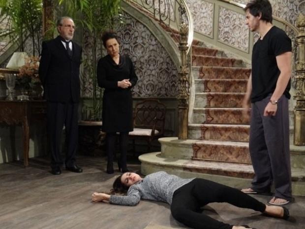 """Em """"Amor à Vida"""", Leila cai da escada ao ver vestido de noiva de Nicole"""