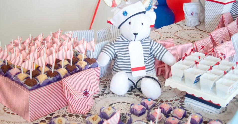 As cores da tendência navy apareceram nessa decoração da festa de aniversário de um fã de marinheiros. O azul, o vermelho e o branco estavam em todos os detalhes da mesa de doces montada pela equipe da Felicitá Festas