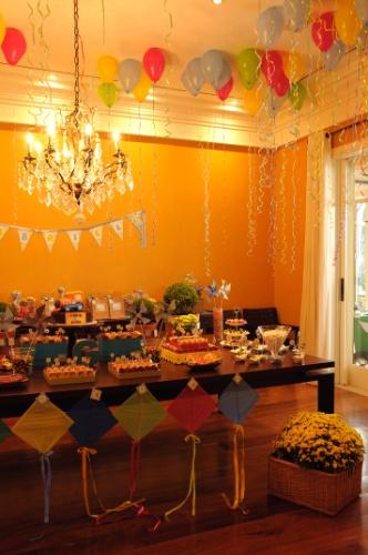 As pipas eram o tema da festa e a mesa de doces e bolo foi montada na sala de jantar da casa. Os balões de gás com fitilhos coloridos completaram a decoração da Felicitá Festa (www.felicitafesta.com)