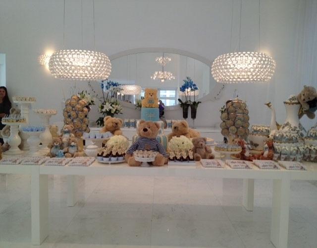 Brinquedos do próprio aniversariante podem fazer parte da decoração, como nesse espaço montado por Andréa Guimarães. Nesse caso, os ursinhos de pelúcia enriqueceram a ambientação da mesa de doces