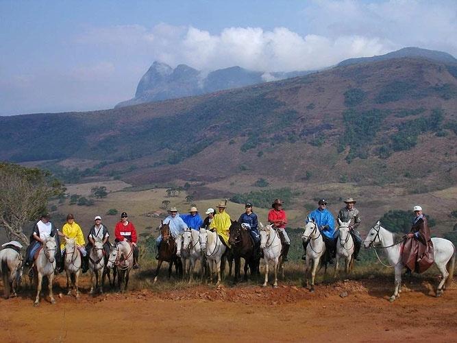 Com o Pico do Papagaio ao fundo, grupo se prepara para uma travessia a cavalo pelas Serras de Aiuruoca