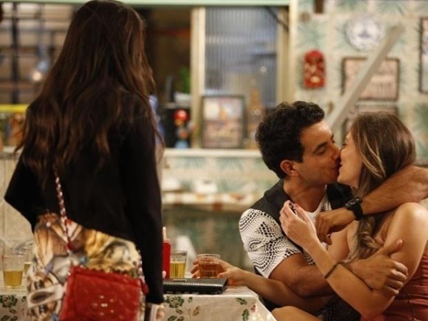 """Em """"Amor à Vida"""", Valdirene vê Carlito aos beijos com loira e leva fora"""