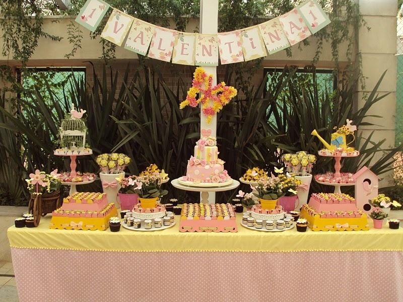 Em aniversário de crianças até dois anos, vale uma decoração mais genérica. Nessa festa ambientada pela Moge Mug (www.mogemug.com.br), o tema borboletas esteve presente em todos os ambientes
