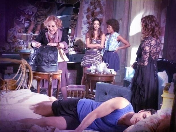 """Em """"Saramandaia"""", Aristóbulo consegue dormir após noite com Risoleta"""