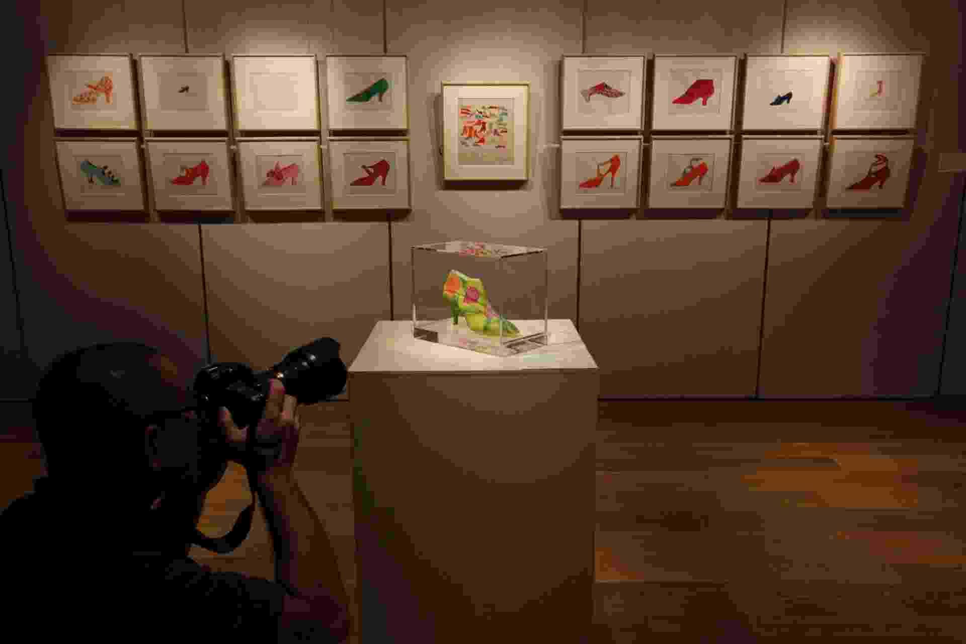 """Exposição """"De Warhol, Com Amor"""", em Hong Kong, com obras da primeira fase do artista, a partir da década de 1950 - AFP"""