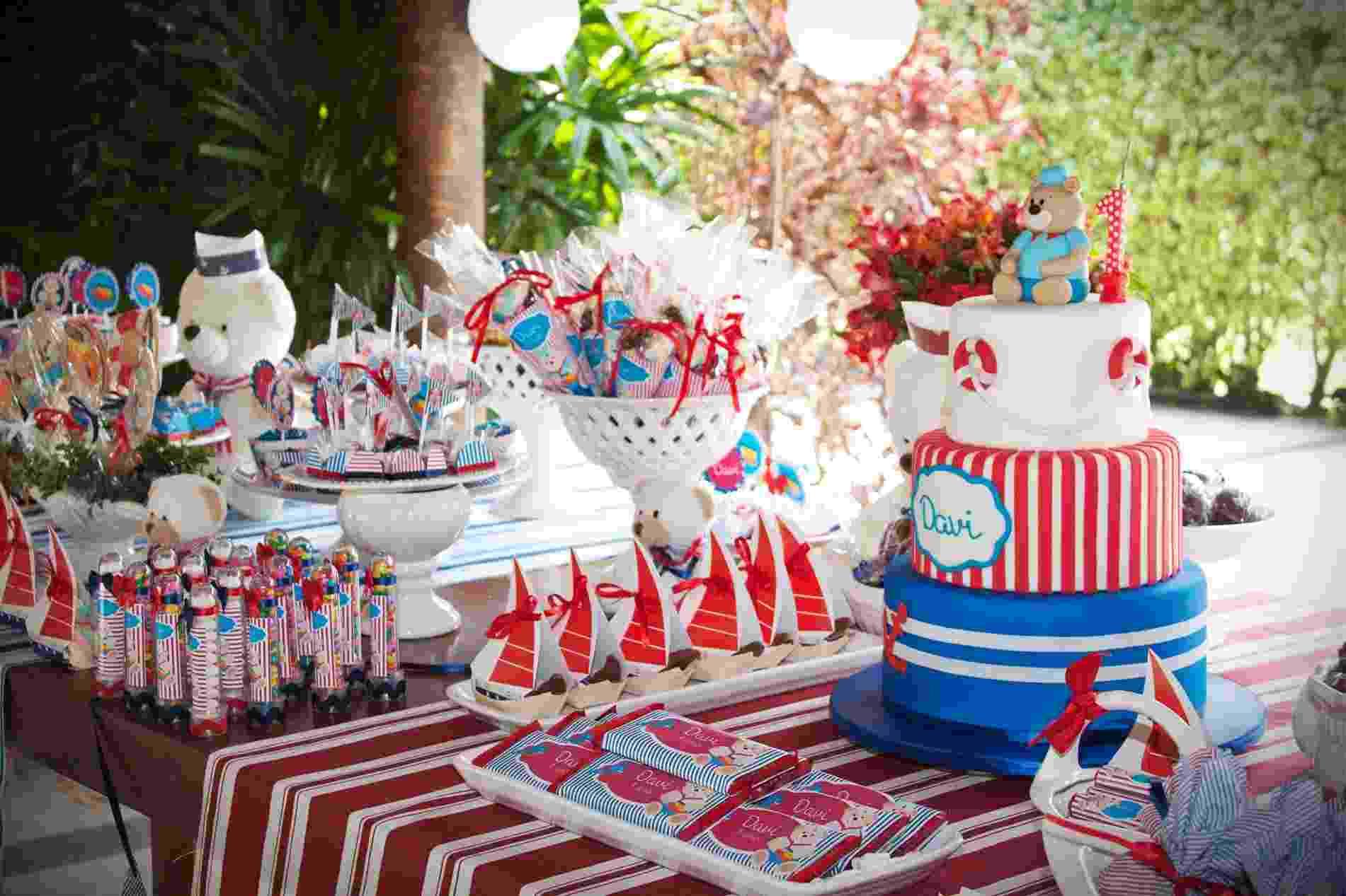 A decoração da festa com tema ursinho marinheiro é baseada nas cores vermelho, branco e azul. Arte e papelaria personalizada assinadas pela Design Festeiro (www.designfesteiro.com.br); decoração do Atelier Tati Be Tati (https://www.facebook.com/tatibetati.atelier); bolo feito por A Chocolarteira (achocolarteira.blogspot.com.br) - Lensitives/Divulgação