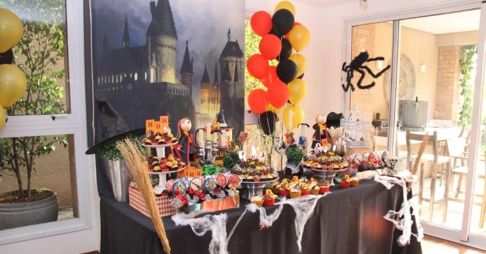 Nessa festa com o tema Harry Potter, organizada pelo Studio Decor (www.studiodecoreventos.com.br), a mesa principal foi montada dentro da casa da família, próxima do acesso à área externa. O objetivo foi facilitar o acesso dos convidados na hora de cortar o bolo