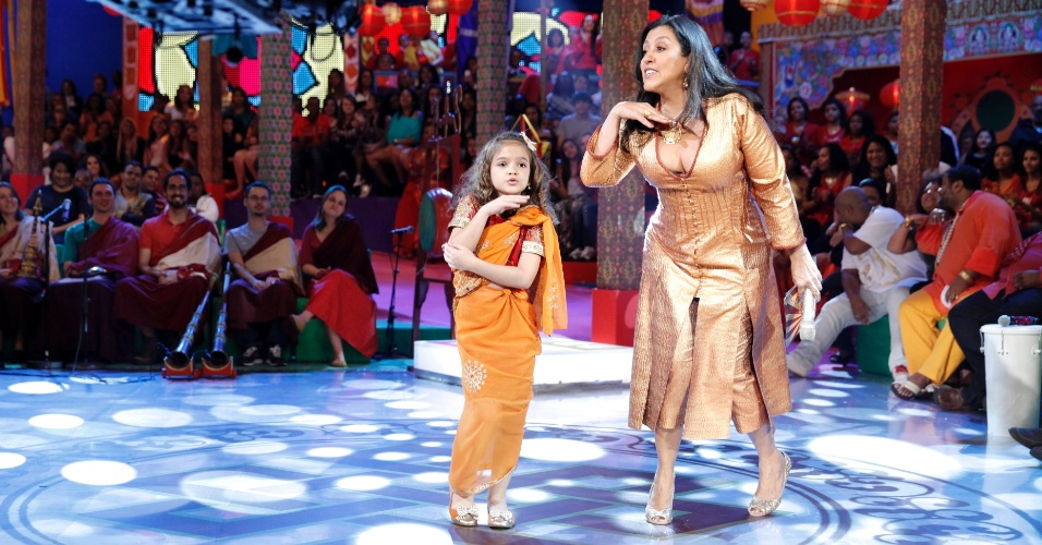 """Set.2013 - A atriz mirim Mel Maia dança o """"Show das Poderosas"""" com Regina Casé no programa """"Esquenta"""""""