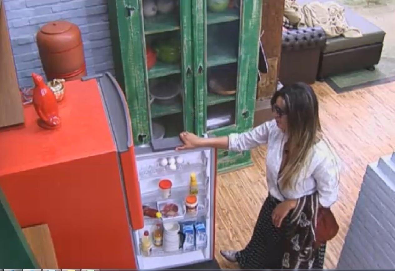 11.set.2013 - Andressa ataca a geladeira após a festa