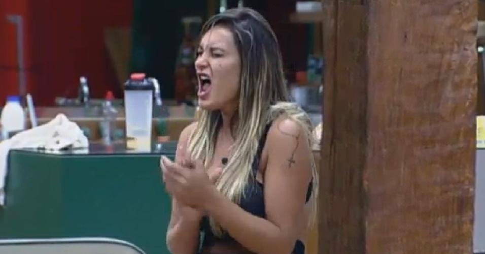 11.set.2013 - Andressa Urach gritando na cozinha