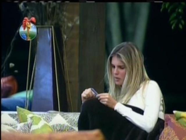 11.set.2013 - Bárbara Evans conversando na varanda