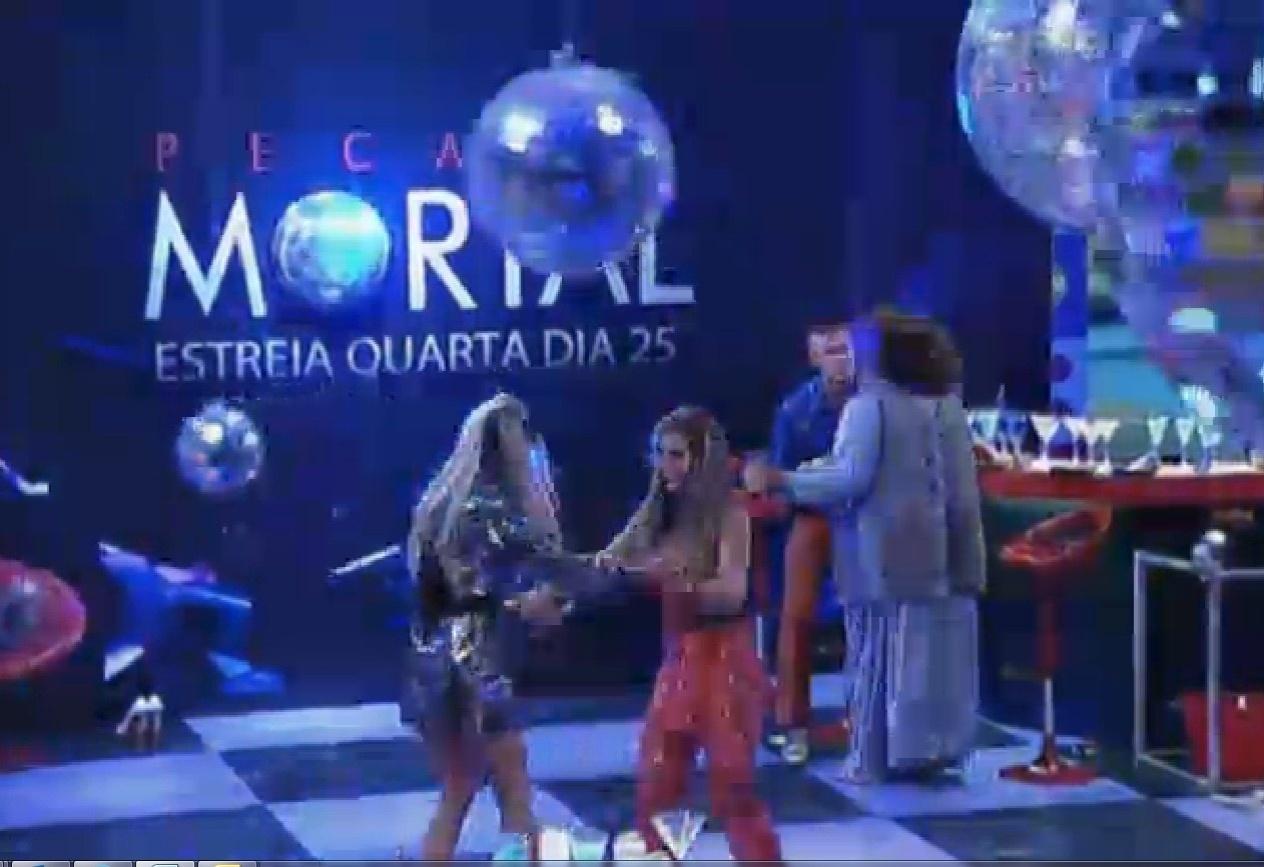 11.set.2013 - Bárbara Evans e Denise Rocha dançando juntas