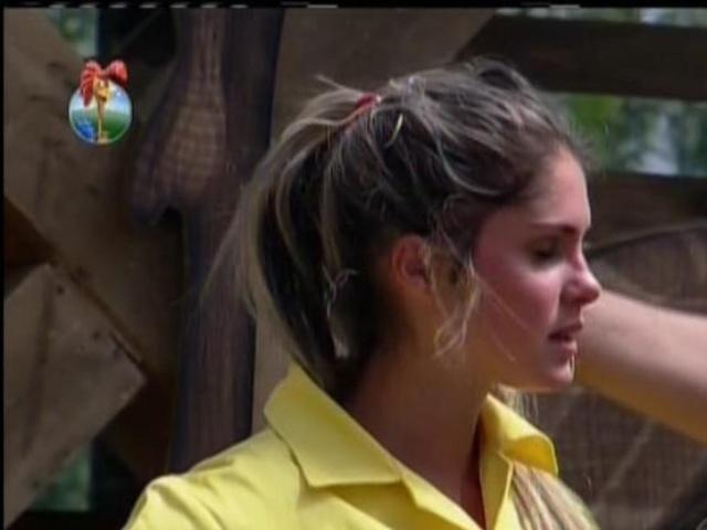 11.set.2013 - Bárbara Evans foi indicada à roça por ter ficado em último lugar na ativade de encontrar agulha no palheiro