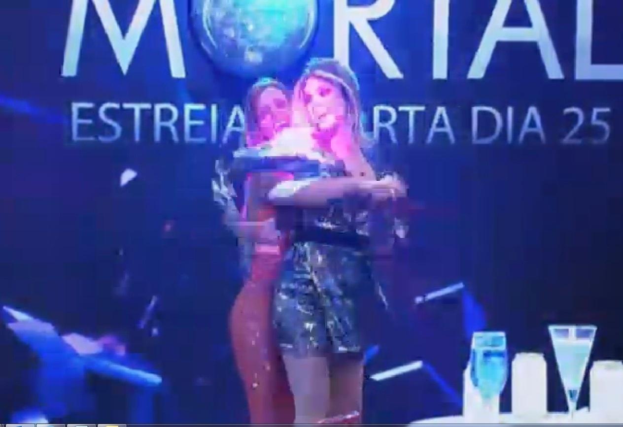 11.set.2013 - Denise Rocha e Bárbara Evans dançando juntas