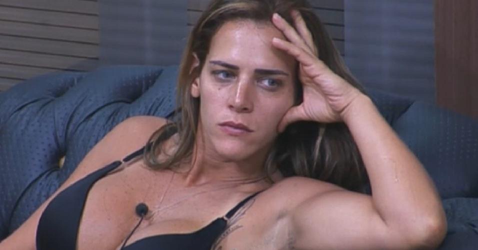11.set.2013 - Denise Rocha observa Andressa Urach