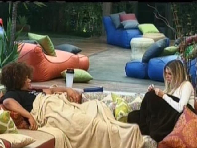 11.set.2013 - Gominho e Bárbara Evans conversando na varanda