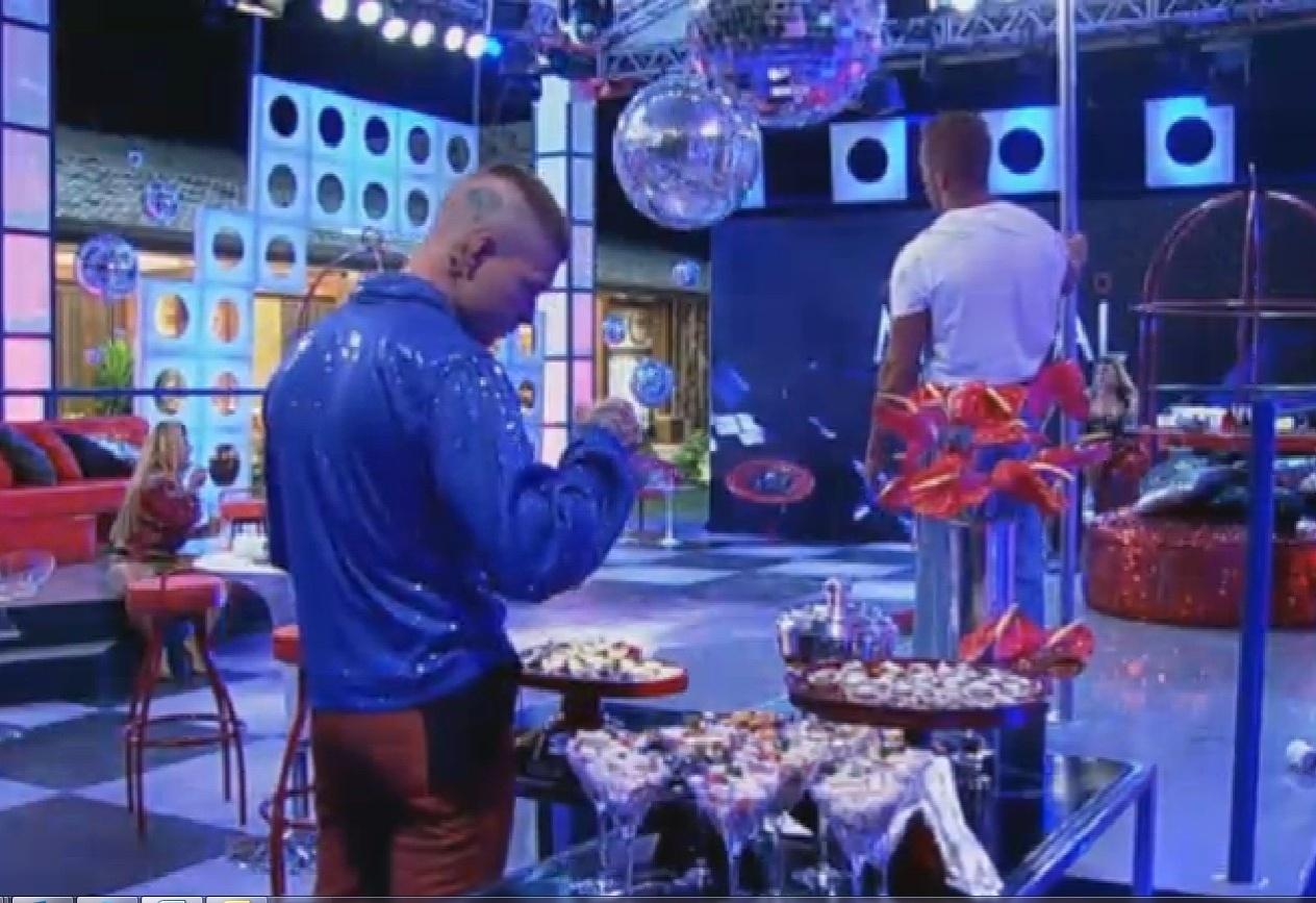 11.set.2013 - Mateus Verdelho apreciando a comida na festa