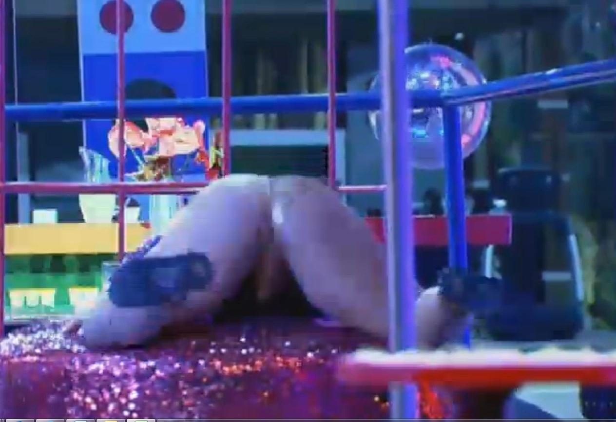 11.set.2013 - Mulher Filé se empolgou ao dançar sozinha durante a festa