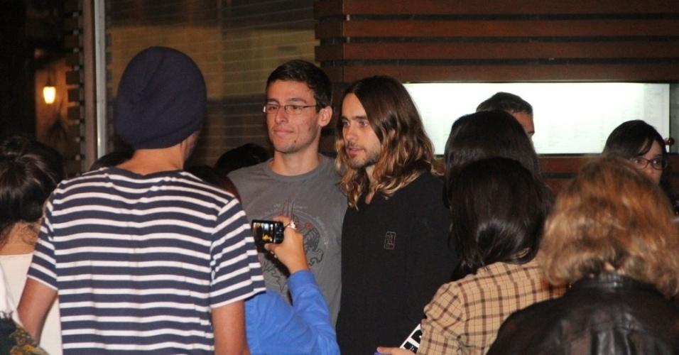 11.set.2013 - O ator e vocalista da banda Thirty Seconds to Mars é tietado por fãs no Leblon, Rio de Janeiro