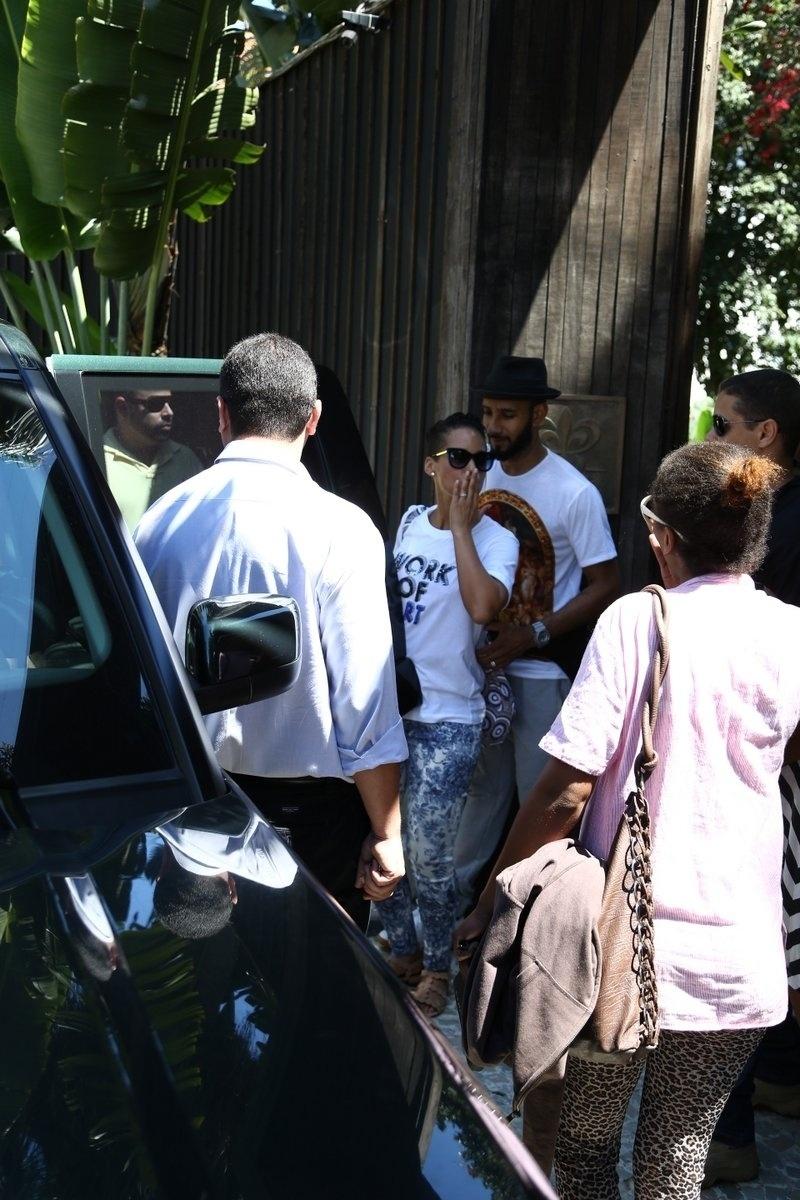 12.set.2013 - Alicia Keys manda beijo para fãs ao deixar o hotel em que está hospedada em Santa Teresa, no Rio. Ela está na cidade para se apresentar no Rock in Rio