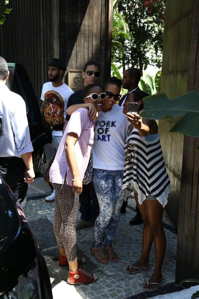 12.set.2013 - Alicia Keys tira foto com fãs ao deixar o hotel em que está hospedada em Santa Teresa, no Rio. Ela está na cidade para se apresentar no Rock in Rio