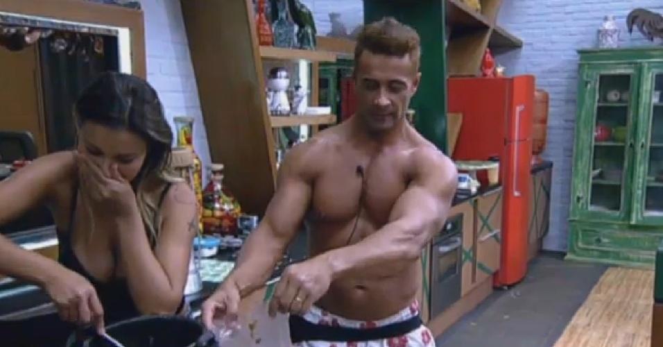 12.set.2013 - Andressa Urach e Marcos Oliver se livram de feijão estragado