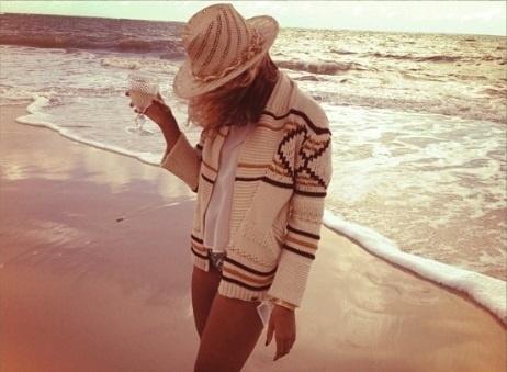 12.set.2013 - Beyoncé usa um chapéu e cobre o rosto em praia. A foto foi publicada no Instagram da cantora nesta quinta-feira, 12.  A cantora se apresentano Rock in Rio 2013, no Rio de Janeiro, nesta sexta-feira, 13