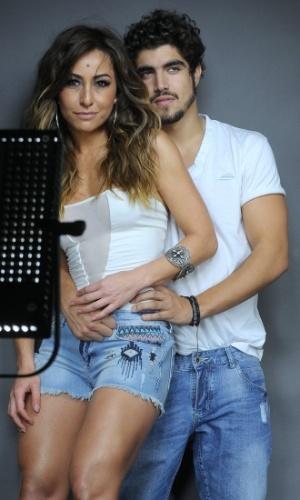 12.set.2013 - Caio Castro abraça Sabrina Sato durante ensaio de fotos para a campanha publicitária de uma marca de jeans, em São Paulo