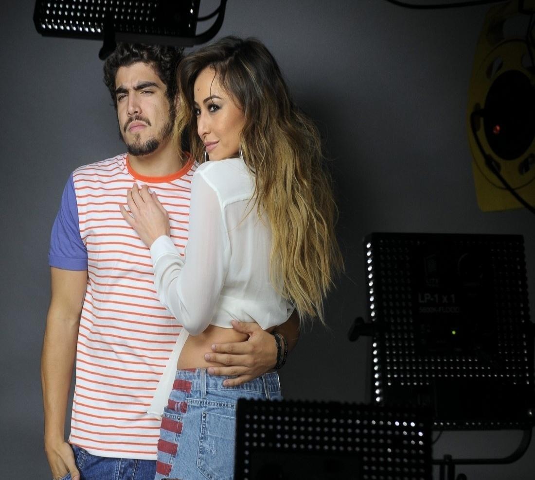 12.set.2013 - Caio Castro coloca a mão na cintura de Sabrina Sato durante ensaio de fotos para a campanha publicitária de uma marca de jeans, em São Paulo