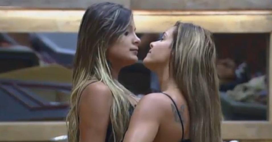 12.set.2013 - Denise Rocha e Andressa Urach têm séria discussão na manhã desta quinta-feira