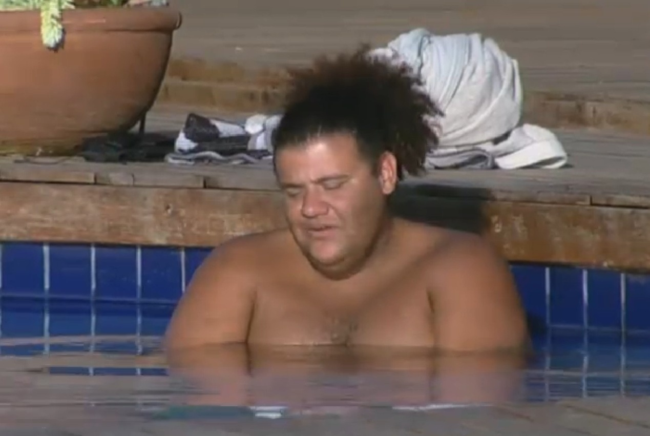 12.set.2013 - Gominho aproveita tarde de sol em Itu e cai na piscina
