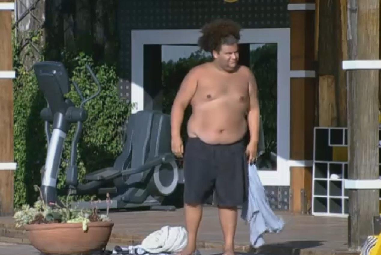 12.set.2013 - Gominho observa piscina em tarde de calor